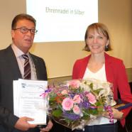 Bürgermeister Roland Frick überreicht die Ehrengaben