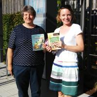 Bücherschrank-Patinnen Dr. Bettina Marquis und Kristina Widmann
